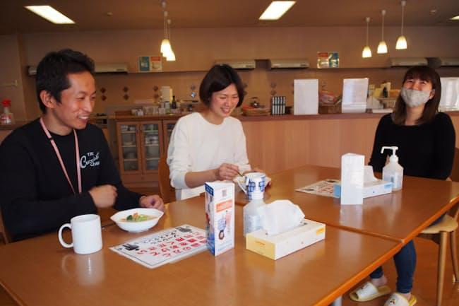 同時期に施設を使う木村さん(右)と感染防止で距離を取りつつ談笑する山岸鉄矢さん(左)、悦子さん夫妻(東京都世田谷区)