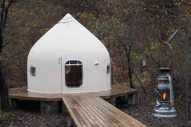 DOAI VILLAGEのゲストルーム。テントに近い構造ながら、快適な住空間を確保できるという
