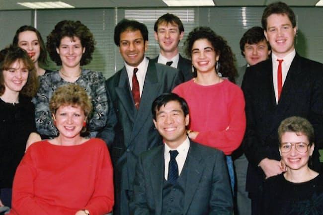 助野社長(前列中央)はイギリス駐在時に経理の傍ら営業にも奔走した