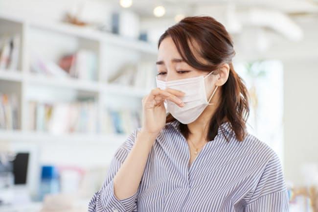 くしゃみをする、目をこする、といった花粉症患者の動作は、新型コロナの拡大につながりかねないという。では、どんな対策を打てばいいのだろうか。写真はイメージ=PIXTA