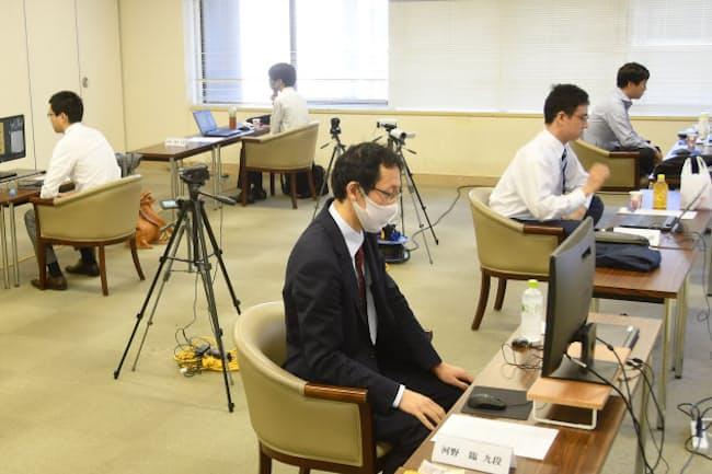 台湾の応氏杯世界選手権にネット対局で参加する日本のトップ棋士(右列奥から井山三冠、一力二冠。左列奥に芝野王座。2020年9月、東京都千代田区)