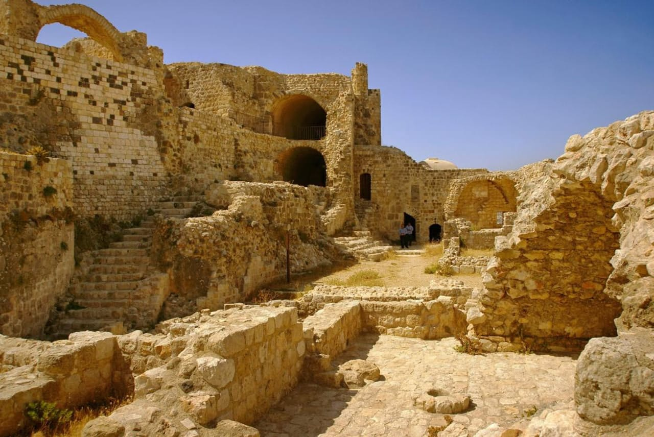 シリア、マサイフに残るニザール派の要塞跡。「アサシン派」との蔑称で呼ばれることもあるニザール・イスマイル派。中世、要塞化された城を拠点に活動していた(PHOTOGRAPH BY AGEFOTOSTOCK, ALAMY)