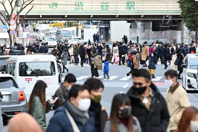 緊急事態宣言再発令後の3連休最終日、多くの人が訪れたJR渋谷駅前(11日、東京都渋谷区)
