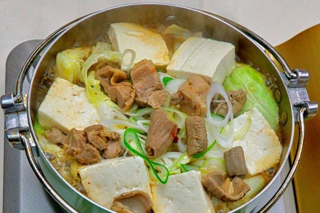 小川地区の「1001広場」では、しょうゆ味のスープに豚モツや鶏肉、野菜、地元の豆腐を入れる