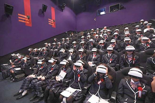 VRゴーグルをかぶって行われていたN高の入学式。例年は一部の生徒が参加していたが、20年は完全にオンラインに変更した
