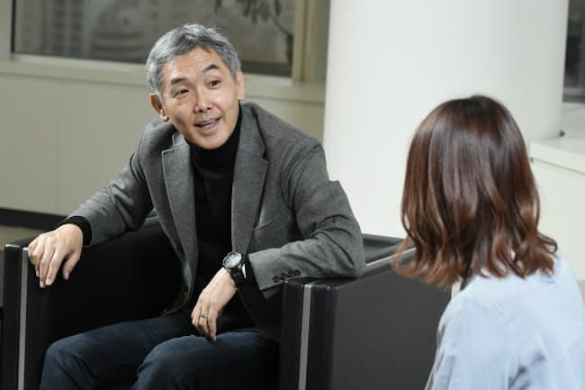 ランチ会などで新入社員と対話する三井情報の小日山社長(写真左)