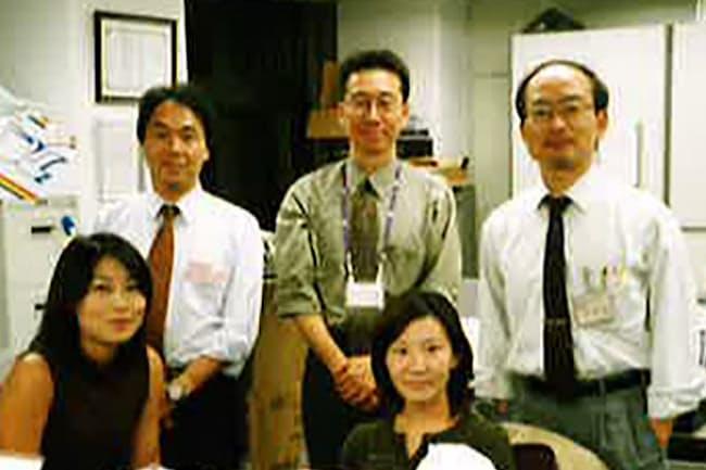 医薬品の実用化に向けた製品戦略を練った(後方中央)