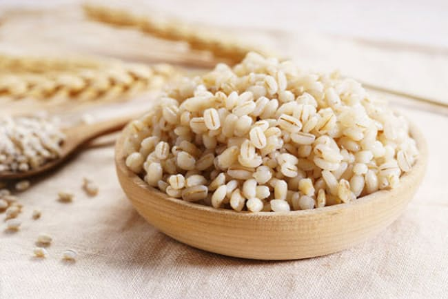 日本人はもともと雑穀をたくさん食べてきた。健康のことを考えたら、日々の主食に大麦などを取り入れたほうがよさそうだ。(c)Rarintorn Wata-123RF