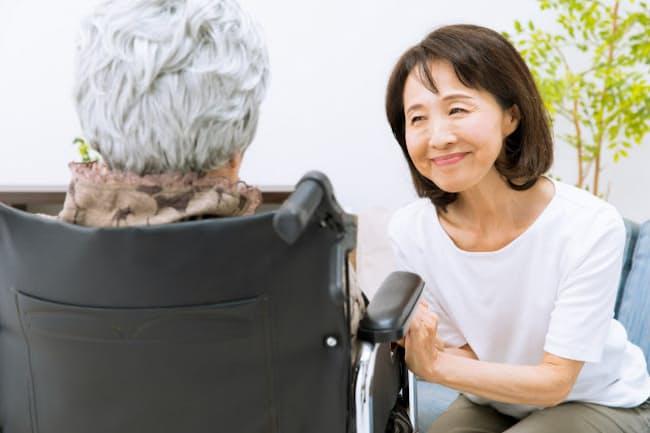 親の介護が必要になったら公的支援制度の活用も検討する(写真はイメージ=PIXTA)