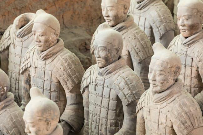 始皇帝の兵士を陶器によって再現した「兵馬俑」(PIXTA)