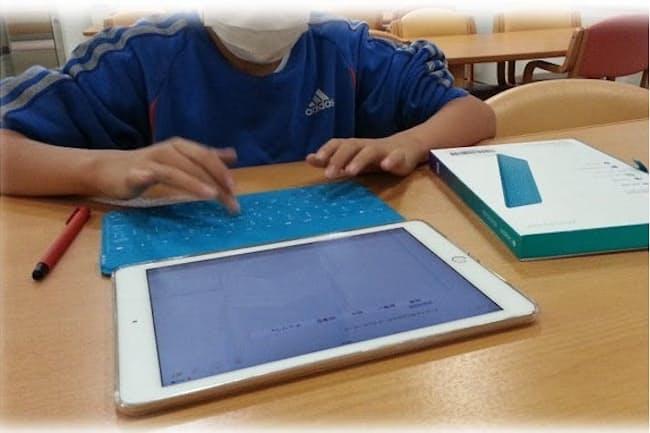 タブレット端末を使ったオンライン指導を受ける男子生徒=ポケットサポート提供