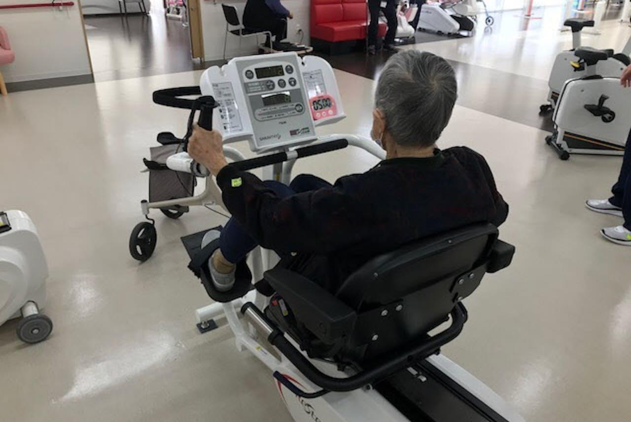 特別養護老人ホームの城東さくら苑(大阪市)で筋トレに励む高齢者