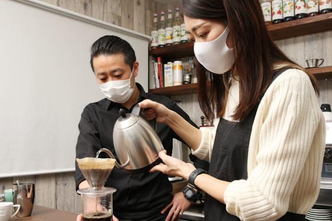 篠崎さんの指導でコーヒーをいれる