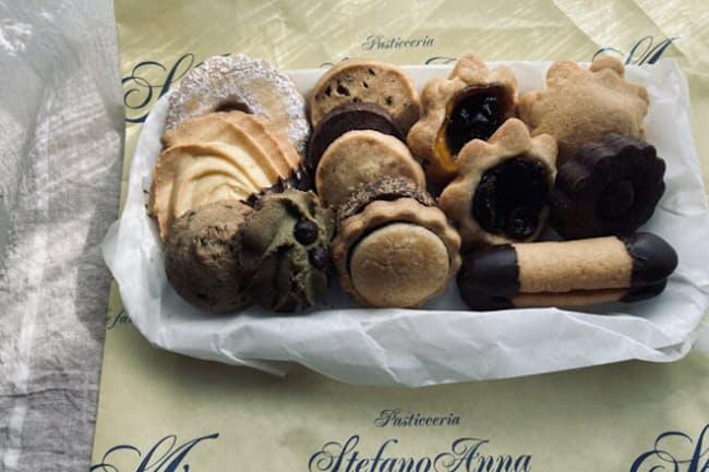「ステファノ アンナ」のクッキーの詰め合わせ(税込み777円)は、味もたたずまいもイタリアの空気をそのまま運んできたかのよう