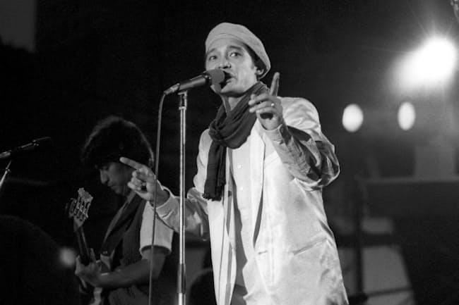 コンサートで歌う萩原健一さん。役者としても歌手としても活躍し、いつの時代も格好いい男性のファッションアイコンだった(1982年)=共同