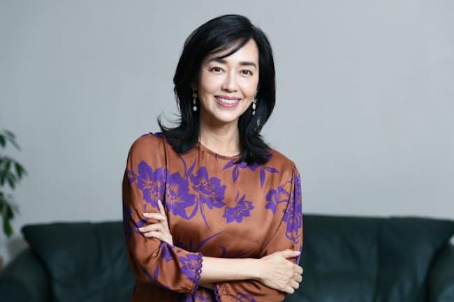 はやみ・ゆう 1966年静岡県生まれ。上智大学卒。1982年歌手デビュー。96年に結婚し2女の母。歌手活動を続ける一方、絵本の翻訳やエッセー執筆、NHK国際放送の司会などで活躍。