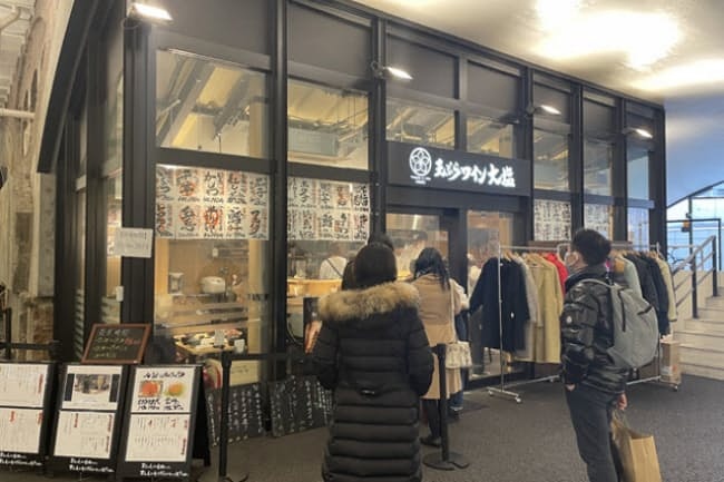 午後2時を過ぎても待ち客がいる「天ぷらとワイン大塩」日比谷店。「日比谷OKUROJI(オクロジ)」の中央くらいにある