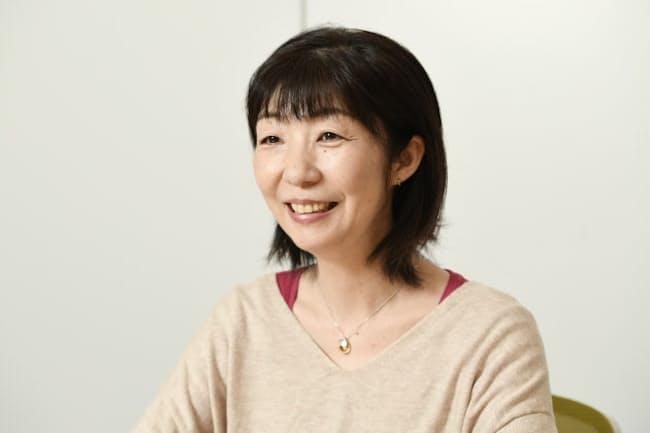 あおやま・みちこ 1970年生まれ、愛知県出身。大学卒業後、豪シドニーの日系新聞社で勤務。帰国し、雑誌編集者を経て作家に。デビュー作「木曜日にはココアを」が第1回宮崎本大賞を受賞。新著は「お探し物は図書室まで」(ポプラ社)。