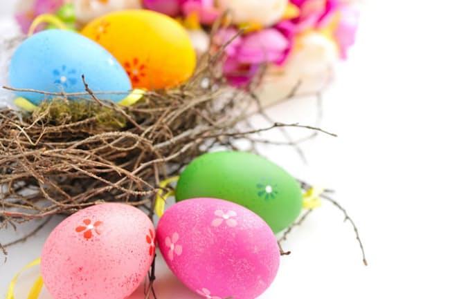 復活祭には主に食用色素で色づけした卵を飾る=PIXTA