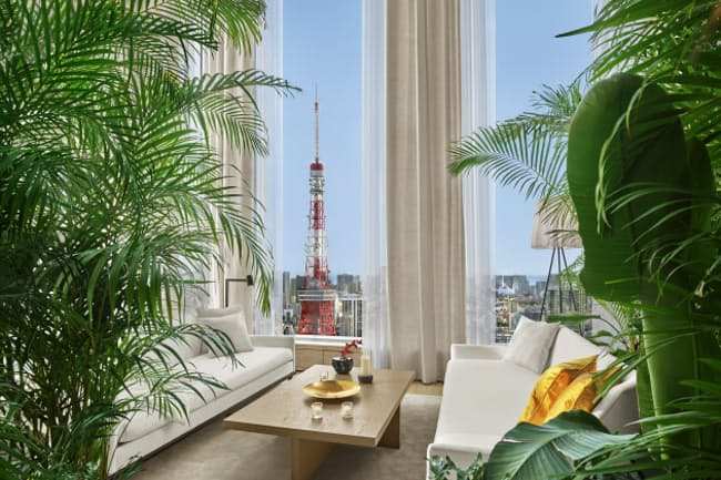 昨秋開業した「東京エディション虎ノ門」。緑あふれるロビーには、プライベート感漂うソファも