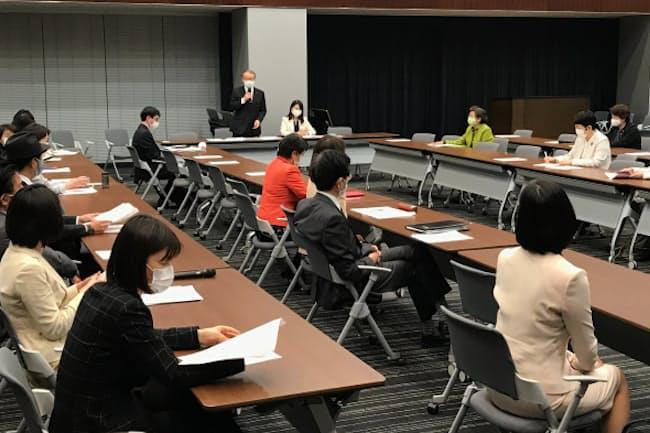 超党派の議員連盟は政党が目標を設定することを義務付ける法改正を検討している(3月9日、東京・千代田)