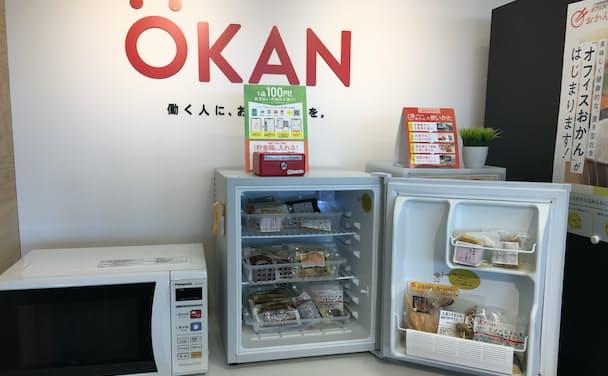 オフィスでは冷蔵庫や電子レンジなどを置く小さなスペースで社食の機能を提供する