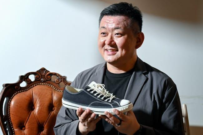 「履いて楽しみ、語りあう。スニーカーはコミュニケーションツールとして最高です」と話す、メルカリ上級執行役員の田面木宏尚さん(東京・港のメルカリ本社)