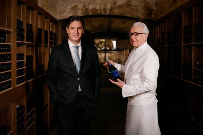 七賢とコラボした発泡日本酒を開発したアラン・デュカス氏(右)とデュカス・パリのエグゼクティブ・シェフ・ソムリエ、ジェラール・マルジョン氏