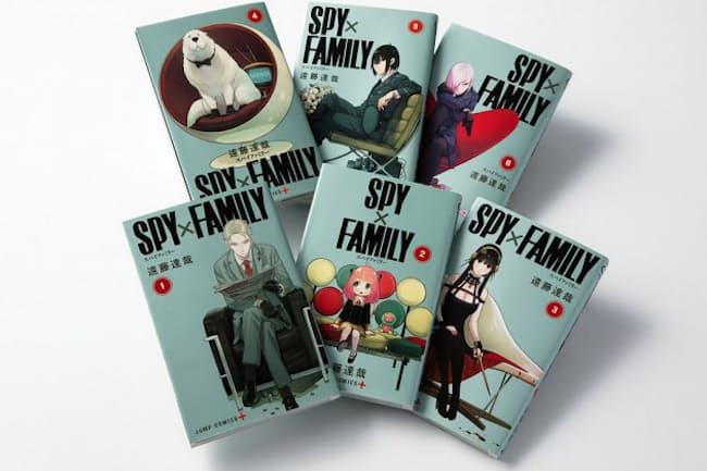 遠藤達哉氏が集英社の漫画誌アプリ「少年ジャンプ+」で連載中の『SPY×FAMILY』。最新の第6巻の単巻初版発行部数は100万部、累計発行部数は800万部超とヒット中(写真 渡辺慎一郎)