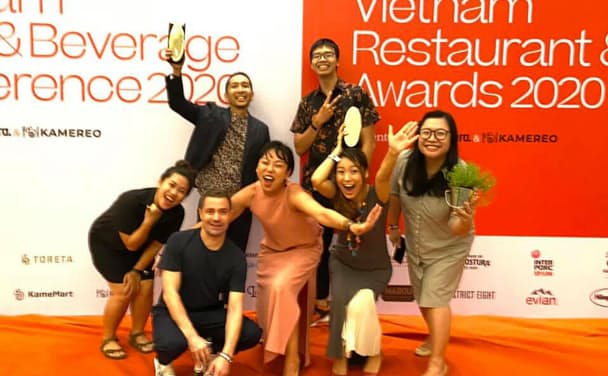 「Vietnam Restaurant & Bar Awards 2020」の受賞式で(後列左が益子陽介氏、ベトナム・ホーチミン市、2020年12月4日)