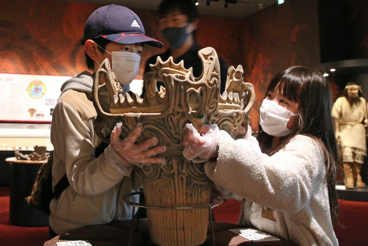 国宝の火焔型土器とほぼ同じ、高さ46.5センチ、重さ約7400グラムのレプリカに触れることができる(新潟県十日町市)