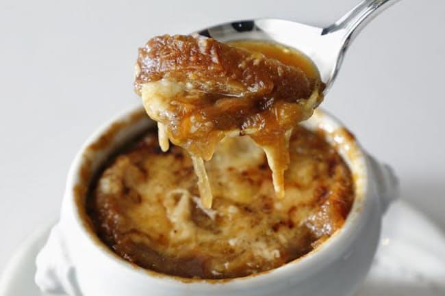 一番人気のメニュー、シェフのスペシャリテ「オニオングラタンスープ」