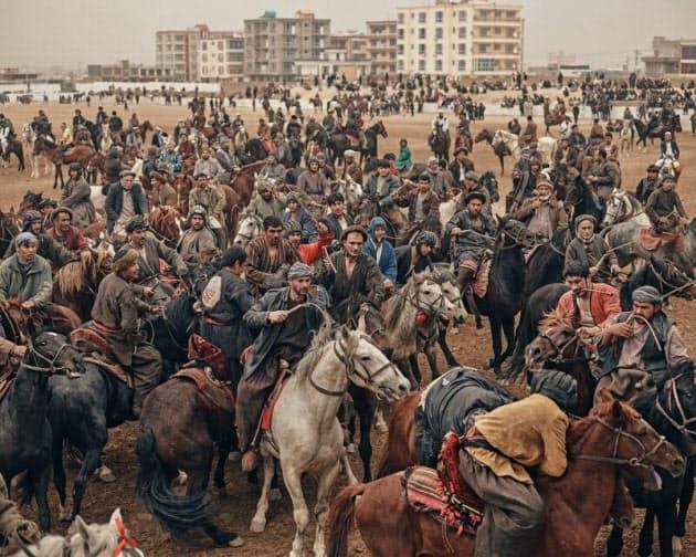馬に乗り子牛・ヤギ奪い合い アフガニスタンの国技|NIKKEI STYLE
