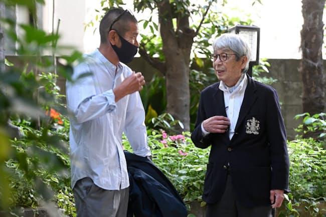 安藤健治さん(左)と談笑する石津祥介さん。「コロナの今こそカジュアルをアップデートしてほしいですね」