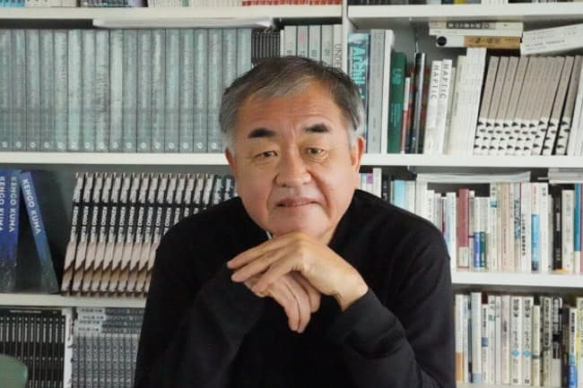 インタビューに答える隈研吾氏(写真:日経クロステック)