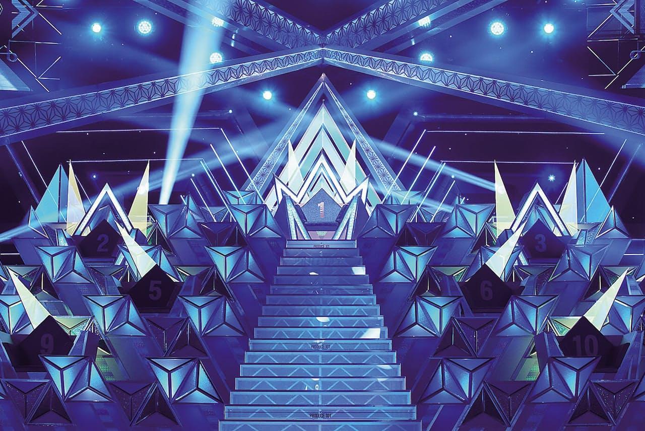 『PRODUCE 101 JAPAN』最終回、勝ち残った11人がこのピラミッドに座った (C)LAPONE ENTERTAINMENT