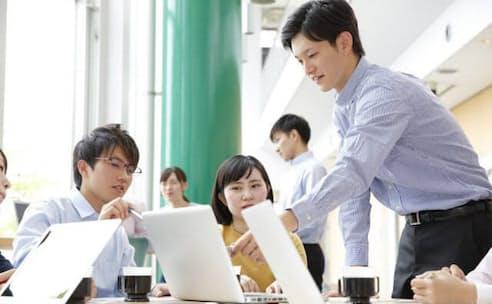 テレワークをきっかけに職場での雑談の重要性が認識され始めている。写真はイメージ
