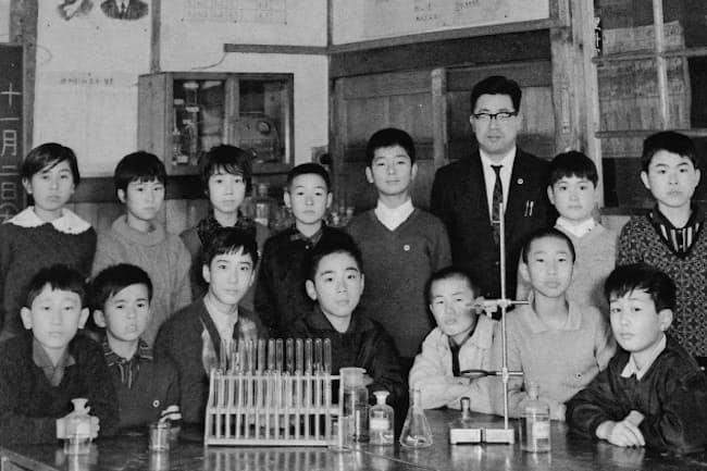 小学校時代は科学クラブに所属した(前列左端が川口氏)