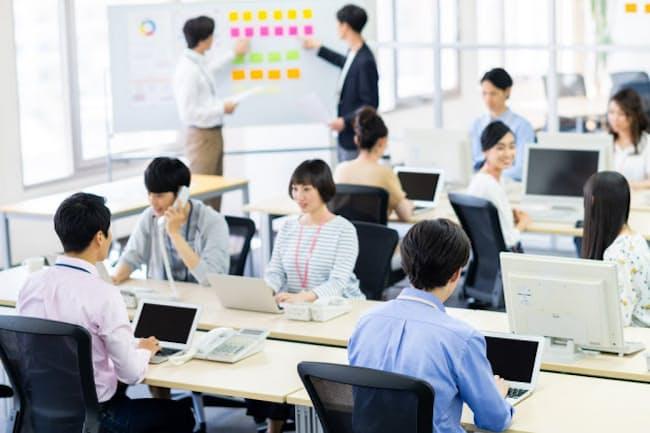IT系の職場にも様々な経歴を持つ人がいる(写真はイメージ) =PIXTA