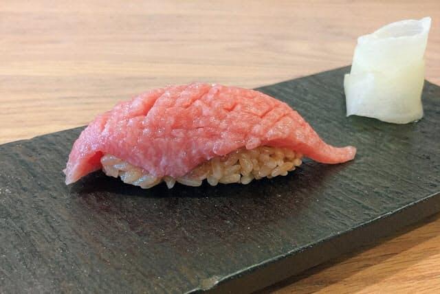 有名なマグロ専門仲卸やま幸のマグロを用いた東京・渋谷「すし光琳」の中トロの握り。4月にグランドオープンした