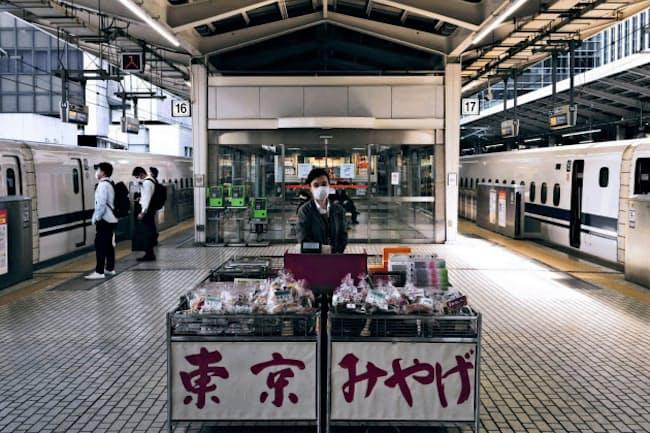 乗客がまばらな大型連休。コロナ禍は東京と地方の関係を考える機会になる(5月1日、東京駅)