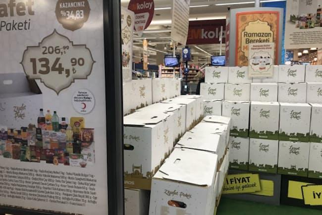 スーパーの店頭に並ぶ「ラマダンパック」(4月、イスタンブール)