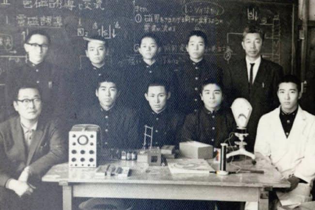 中学の理科研究部では固体燃料ロケットの燃焼実験もした(上段左端が川口氏)