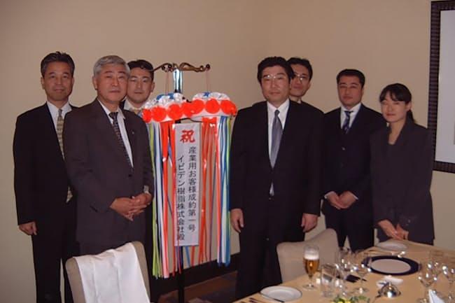 エル・エヌ・ジー中部で大規模工場向けにLNGの販売を手掛けた(小野田氏は左端)