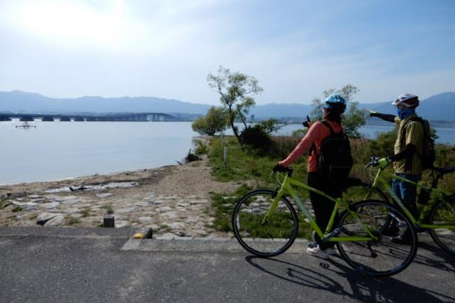 琵琶湖を一周するナショナルサイクリングルート「ビワイチ」。琵琶湖大橋を眺めて