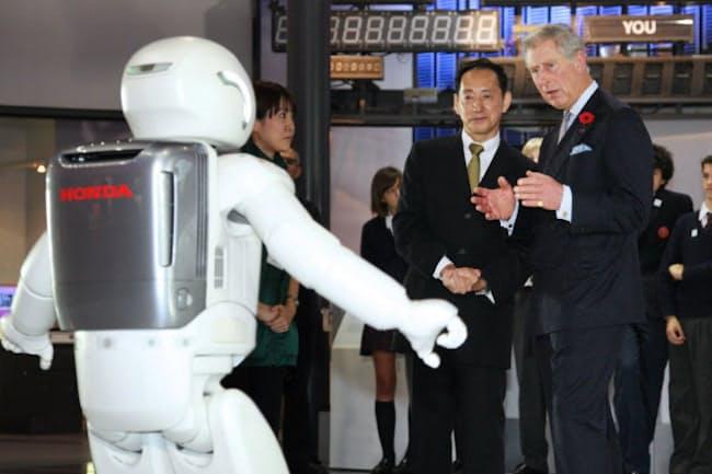 日本科学未来館で、音楽にあわせて踊る「ASIMO」を見る英国のチャールズ皇太子(右、2008年)