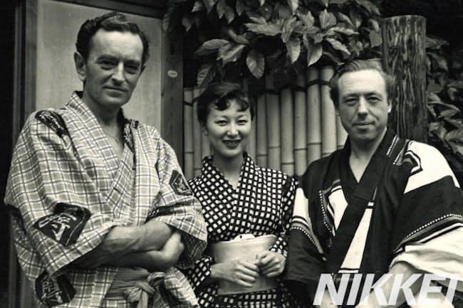来日したデヴィッド・リーン監督(左)とリチャード・メイスンさん(右)と岸惠子さん(横浜の自宅で、岸さん提供)