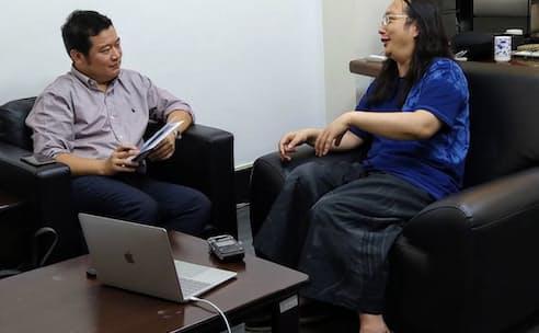 オードリー・タン氏(右)にインタビューする早川友久氏