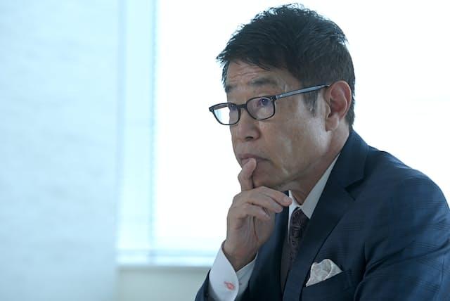 「クールビズという定義がなくなったら、日本も一皮むけたといえるのではないでしょうか」と話すフューチャー会長兼社長の金丸恭文さん(東京・品川のフューチャー本社)