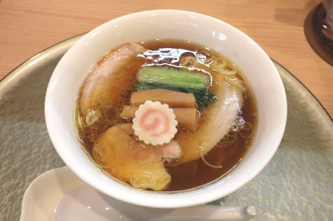 深緑が提供するスープが透き通ったしょう油ラーメン